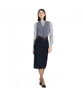 Figurehugging, highwaisted denim pencil skirt with a back slit. Featuring belt loops and decorative top stitching with a zip and button fastening at the front.