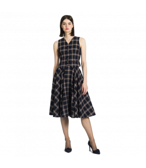 Cropped tartan waistcoat with piped slash pockets. This classic Button-through style made of tartan linen has an adjustable strap at the back and is fully lined.