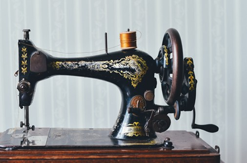 Lena Hoschek - Handicraft - Work on the sewing machine